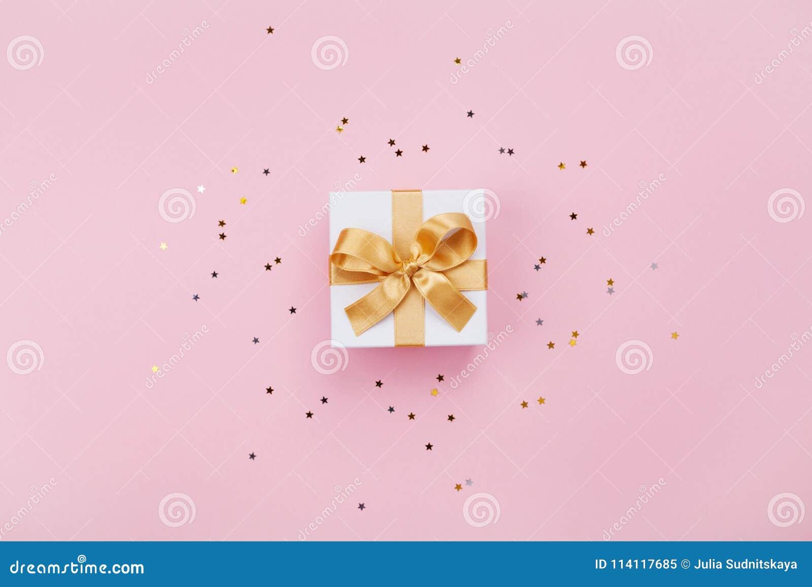 Geschenk- oder Präsentkarton- und Sternkonfettis auf rosa Pastelltischplatteansicht Flache Lagezusammensetzung für Geburtstag, Mu