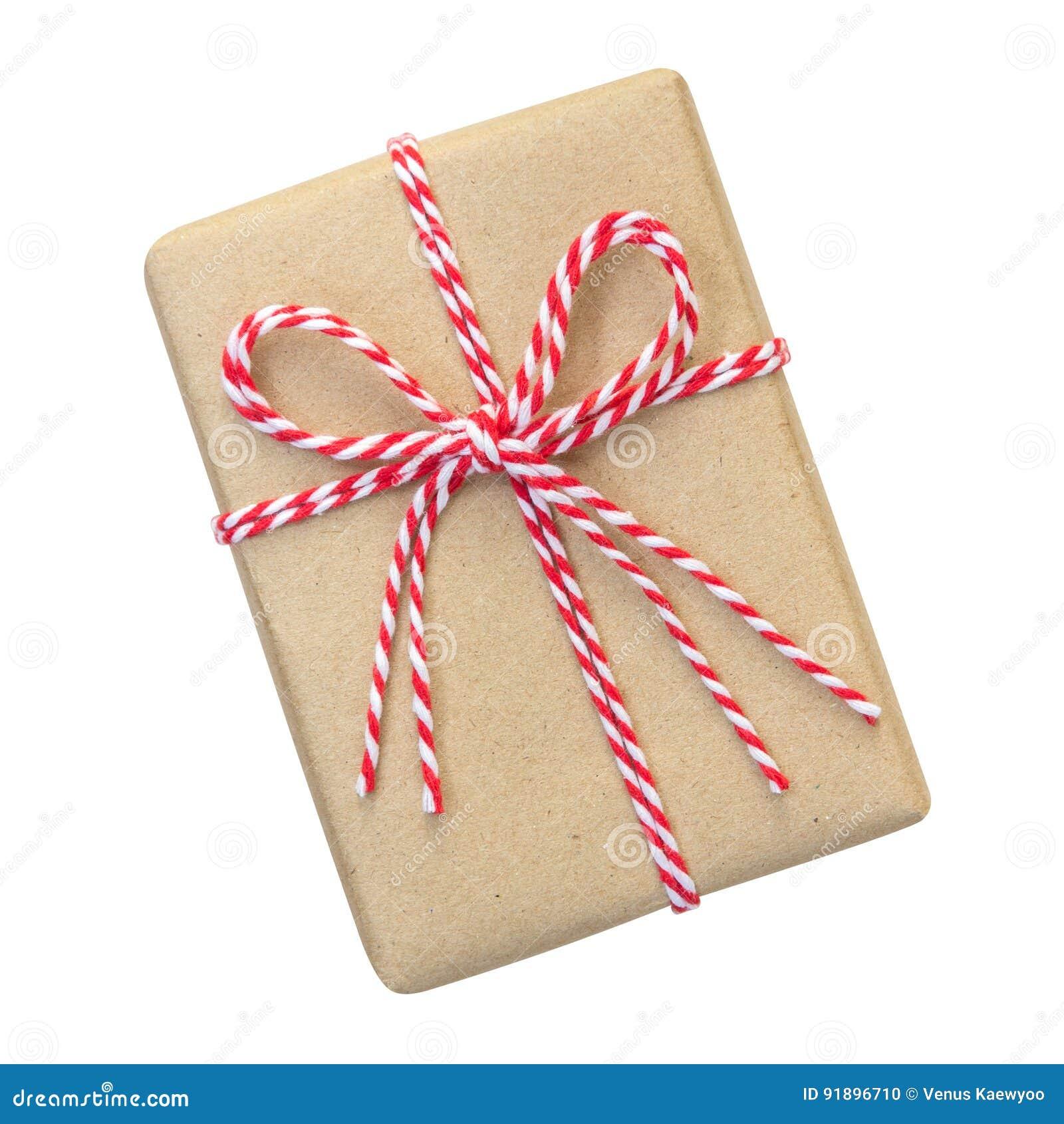 Geschenkbox eingewickelt im braunen Recyclingpapier mit rotem und weißem Seil