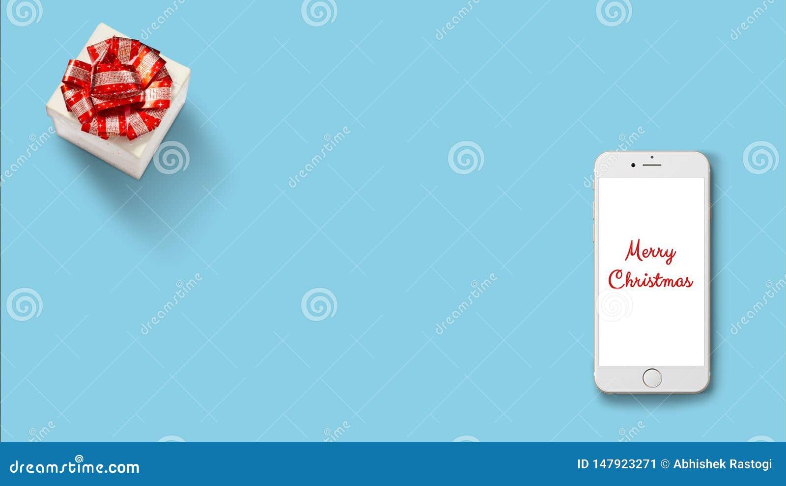 Geschenkbox mit rotem Band auf Weißbuch auf rotem Hintergrund mit Smartphone