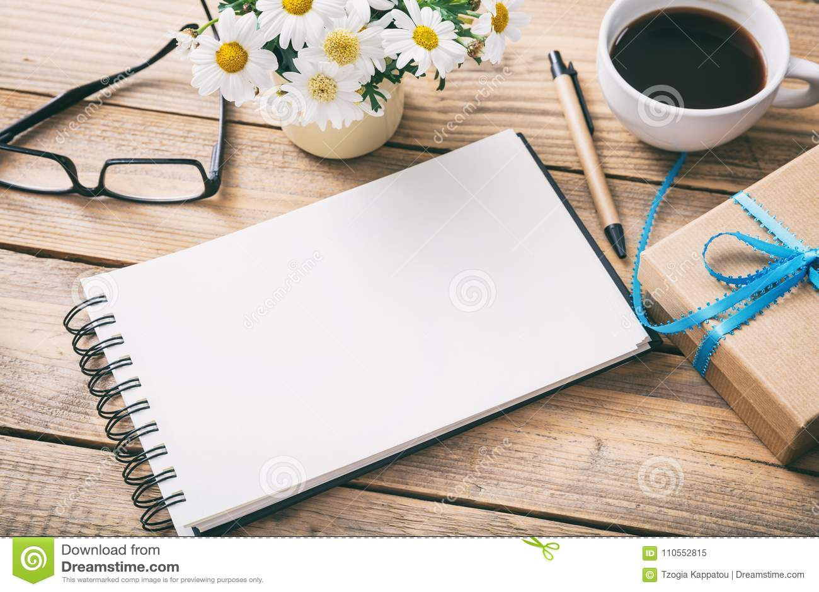 Geschenkbox Und Ein Leeres Leeres Notizbuch Schreibtischhintergrund