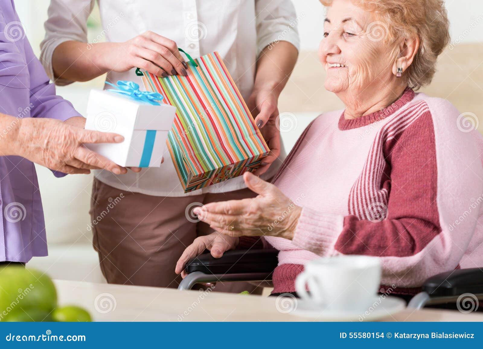 Geschenke für ältere Dame stockfoto. Bild von freunde   55580154