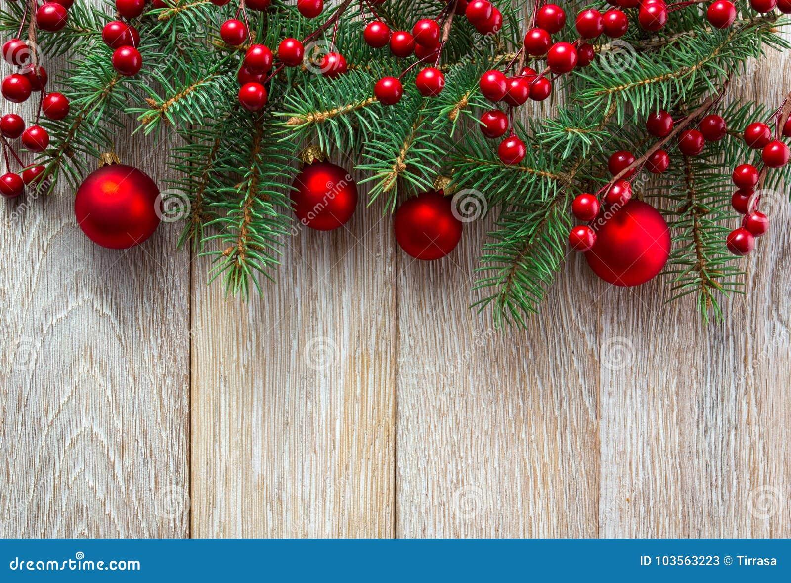 Geschenkkästen mit den goldenen Farbbändern getrennt auf weißem Hintergrund Rote baubes und Stechpalmenbeere