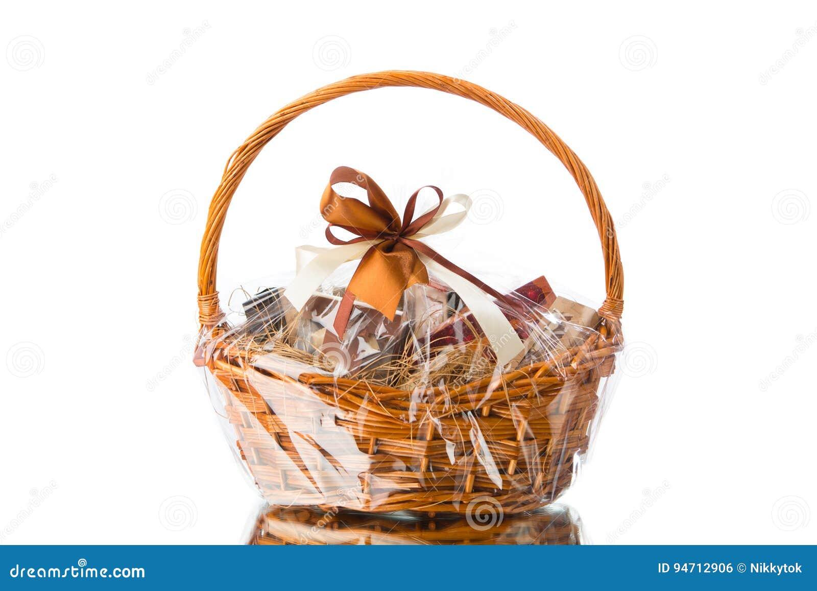 Geschenkkorb auf weißem Hintergrund