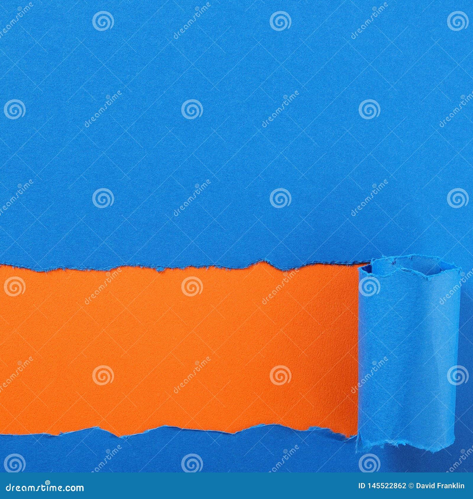 Gescheurd blauw document strook oranje vierkant als achtergrond