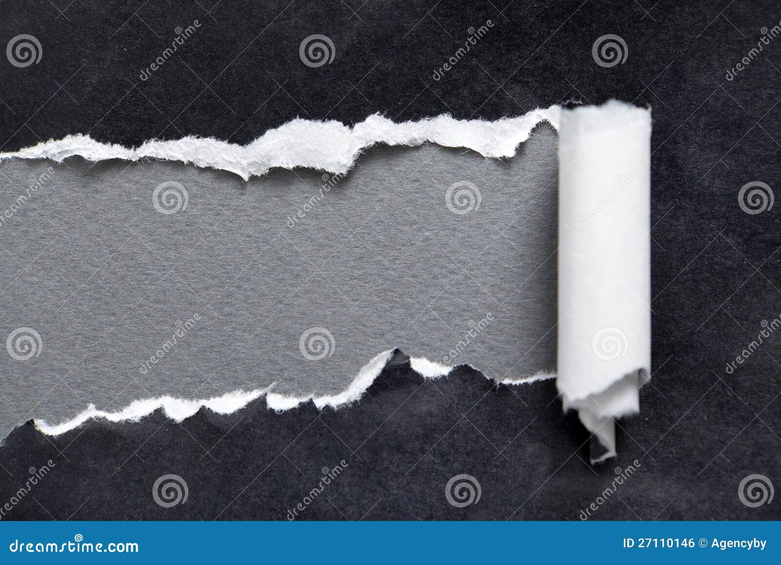 Gescheurd zwart document met grijze ruimte voor bericht