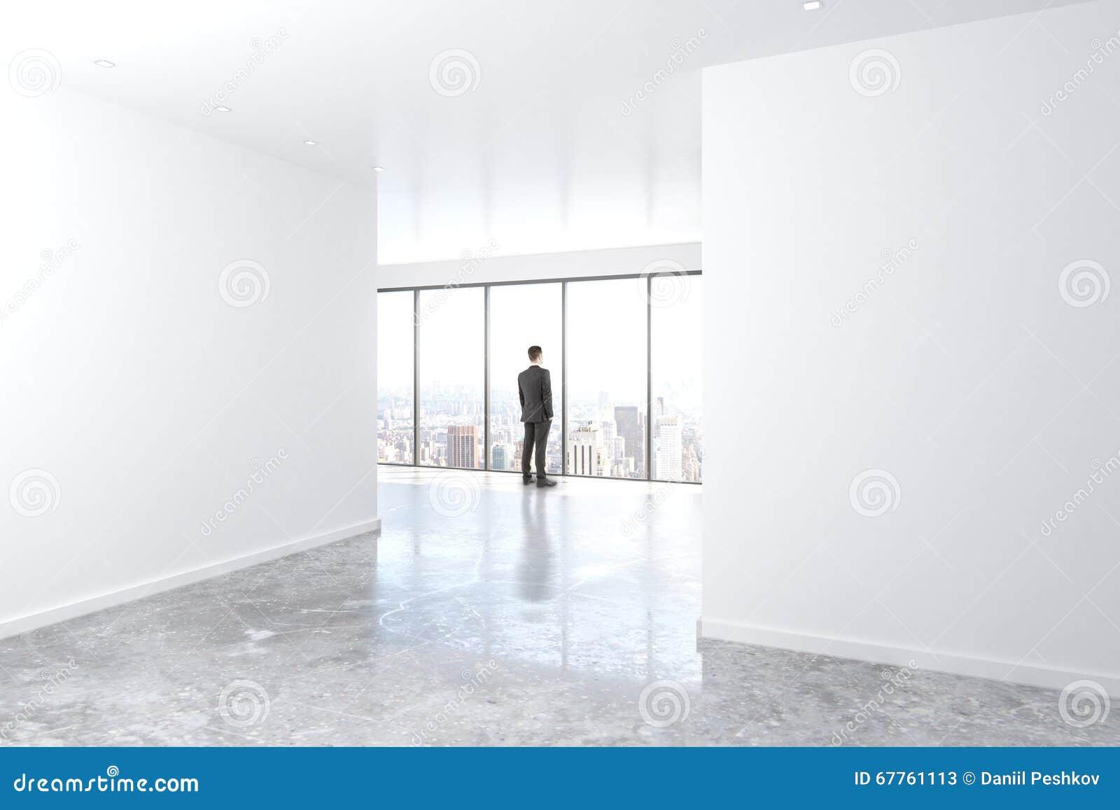 gesch ftsmann der heraus das fenster im leeren b ro mit beton schaut stockfoto bild 67761113. Black Bedroom Furniture Sets. Home Design Ideas