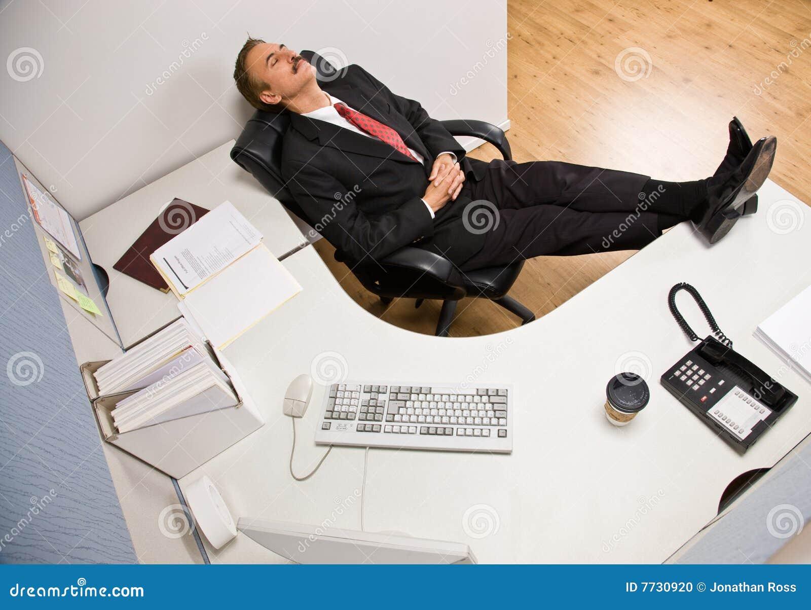 Gesch ftsmann der am schreibtisch mit f en oben schl ft for Schreibtisch von oben