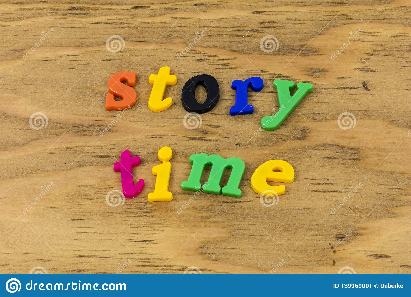 Geschichtenzeitlesung, die Klassenzimmerspaßplastik sagt