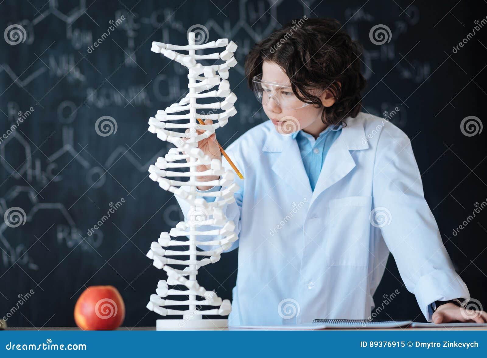 Geschikt jonge onderzoeker die genomica in het laboratorium onderzoekt