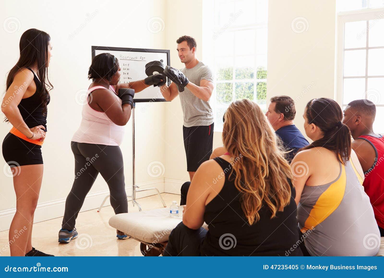 Geschiktheidsinstructeur In Exercise Class voor Te zware Mensen
