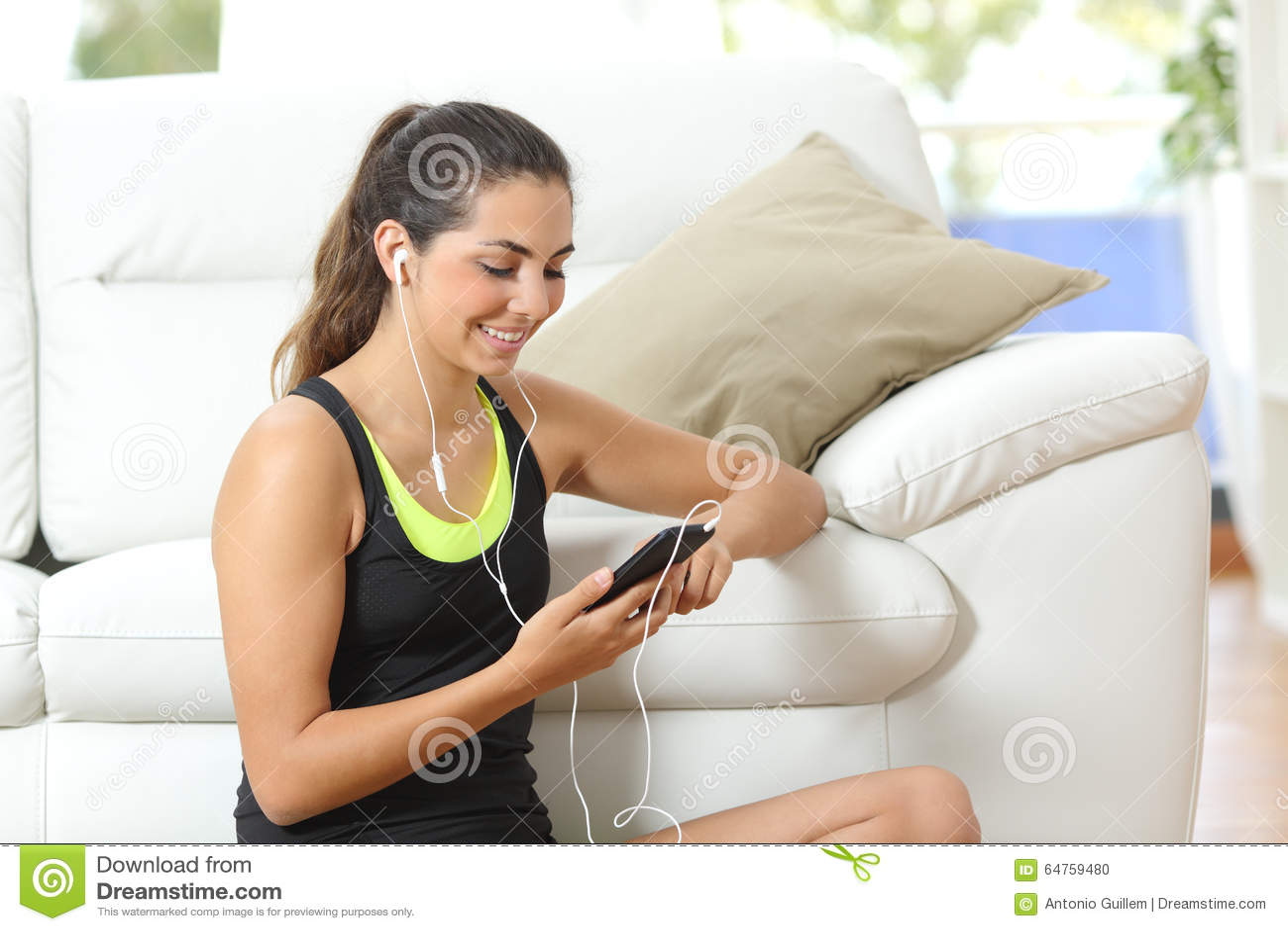 Geschiktheidsmeisje die aan muziek met oortelefoons luisteren