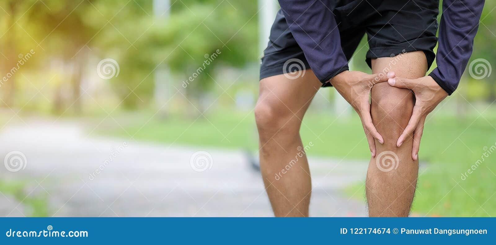 Geschiktheidsmens die zijn sportblessure, spier houden pijnlijk tijdens opleiding