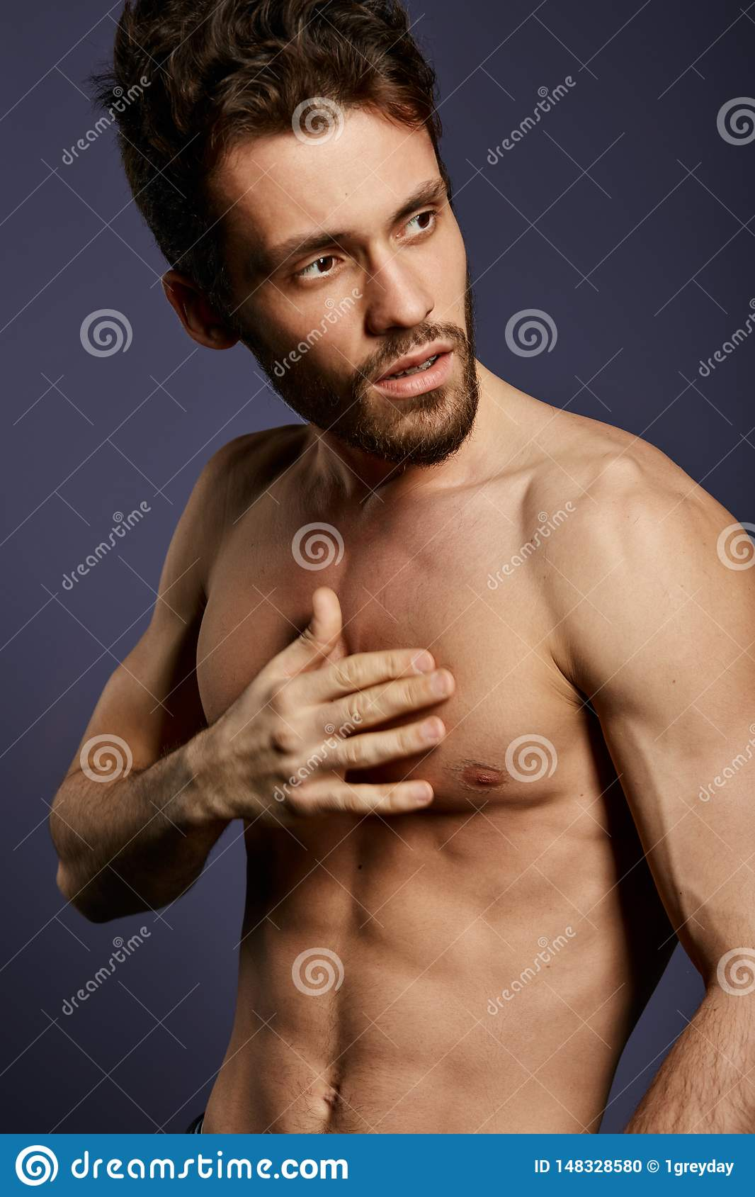 Geschiktheidsmodel met hand bij zijn borst het stellen aan de camera