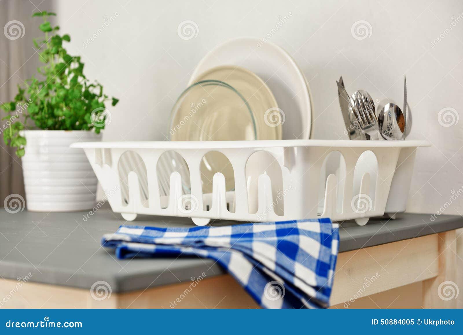 geschirrablage mit platten und tafelsilber stockfoto  ~ Geschirrablage