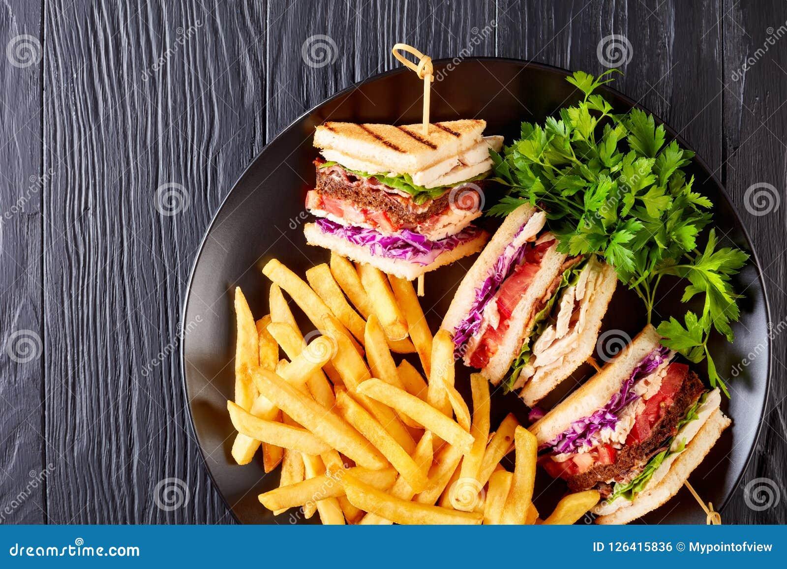 Geschmackvolle überlagerte Club Sandwiche mit Pommes-Frites