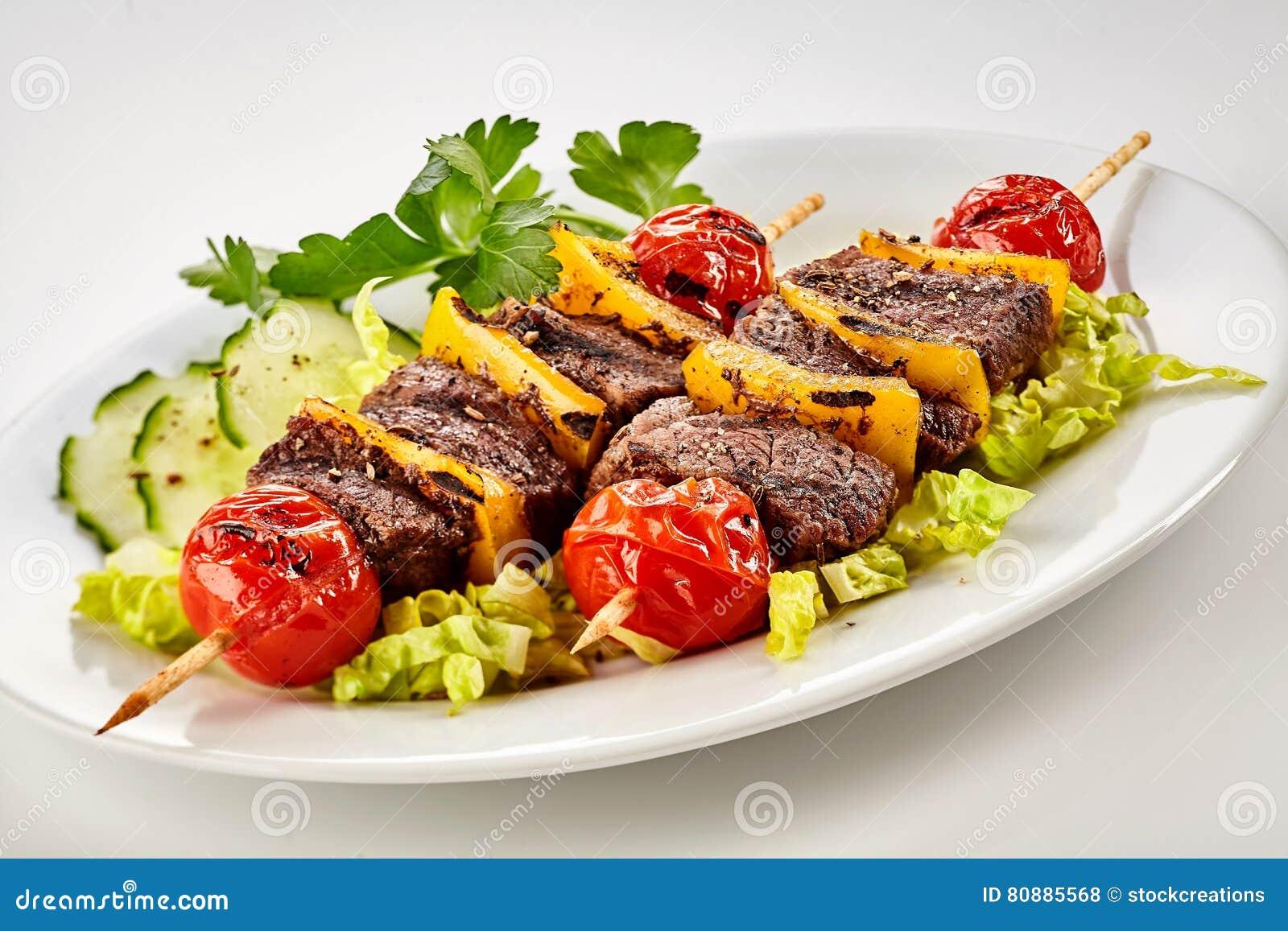 Geschmackvolle gegrillte marinierte Rindfleischkebabs