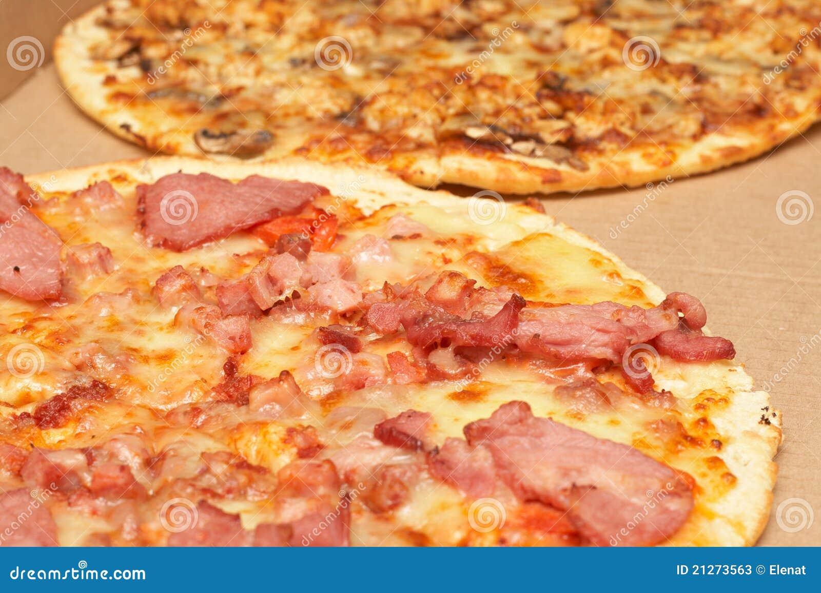 geschmackvolle italienische pizza mit speck und k se. Black Bedroom Furniture Sets. Home Design Ideas