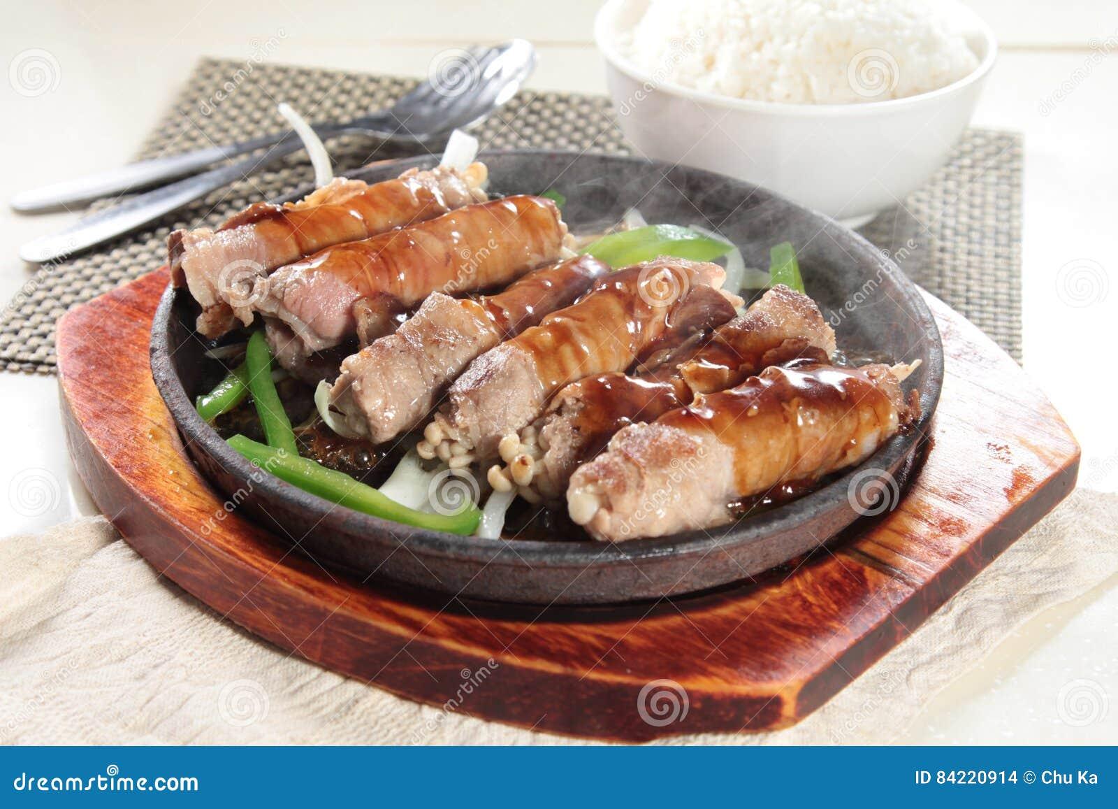 Geschmackvolle und gute Küche oder Getränk, die durch grelle Beleuchtung im Restaurant nehmen