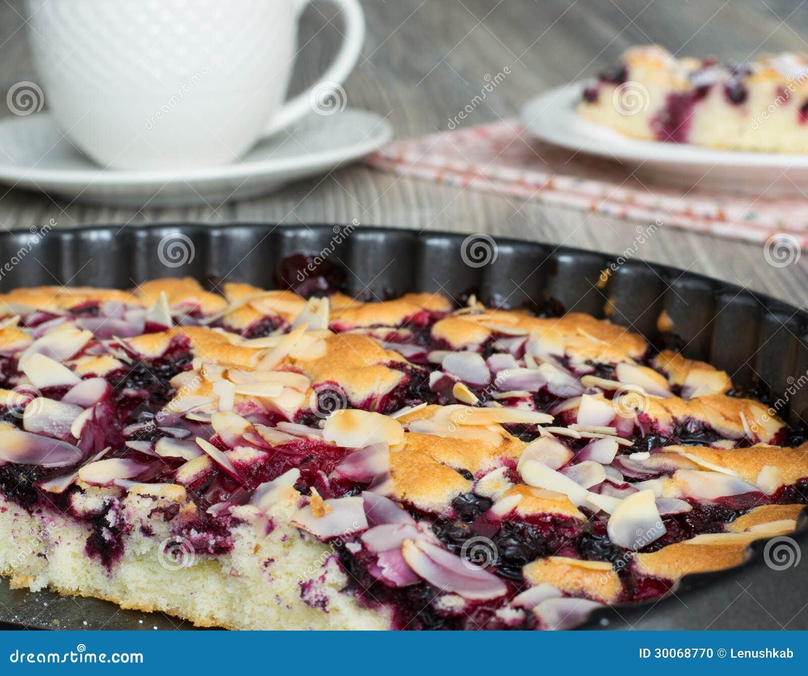 Geschmackvoller Kuchen Mit Gefrorenen Beeren Stockfoto - Bild von