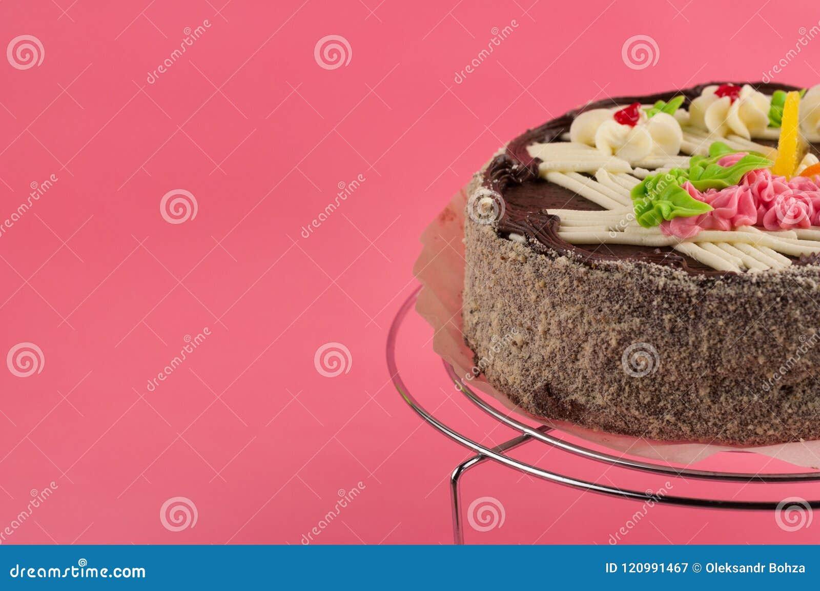 Geschmackvoller Schokoladenkuchen der ganzen Runde auf glänzendem Gitter des Metallchroms