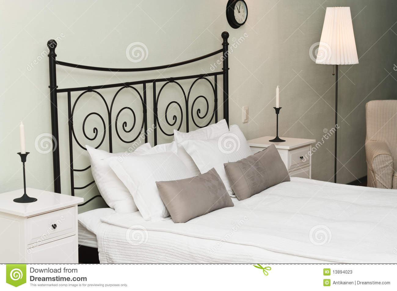 geschmiedetes bett mit kissen stockbild bild 13894023. Black Bedroom Furniture Sets. Home Design Ideas