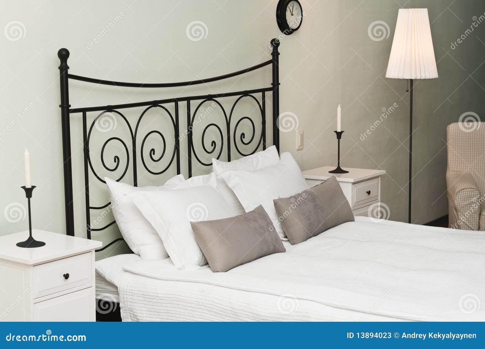 geschmiedetes bett mit kissen stockbild bild 13894023. Black Bedroom Furniture Sets. Home Design Ideas