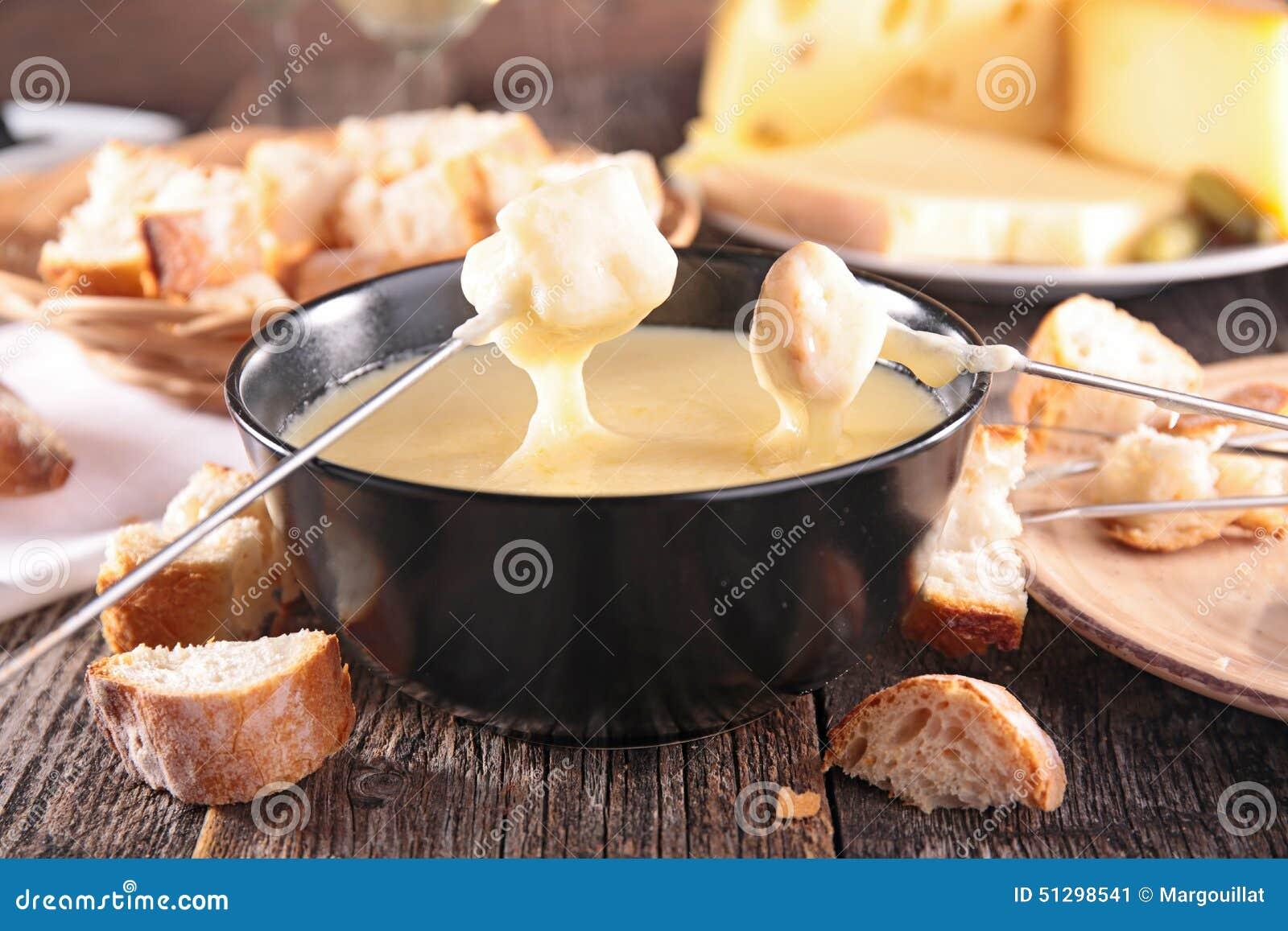 Geschmolzener Käse auf einem Stück Brot