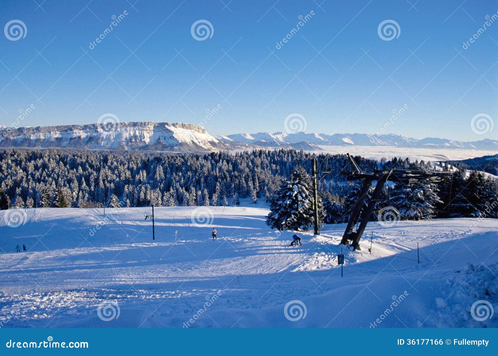 Geschneite Berge von Feclaz und von Margeriaz nahe Chambery, Frankreich