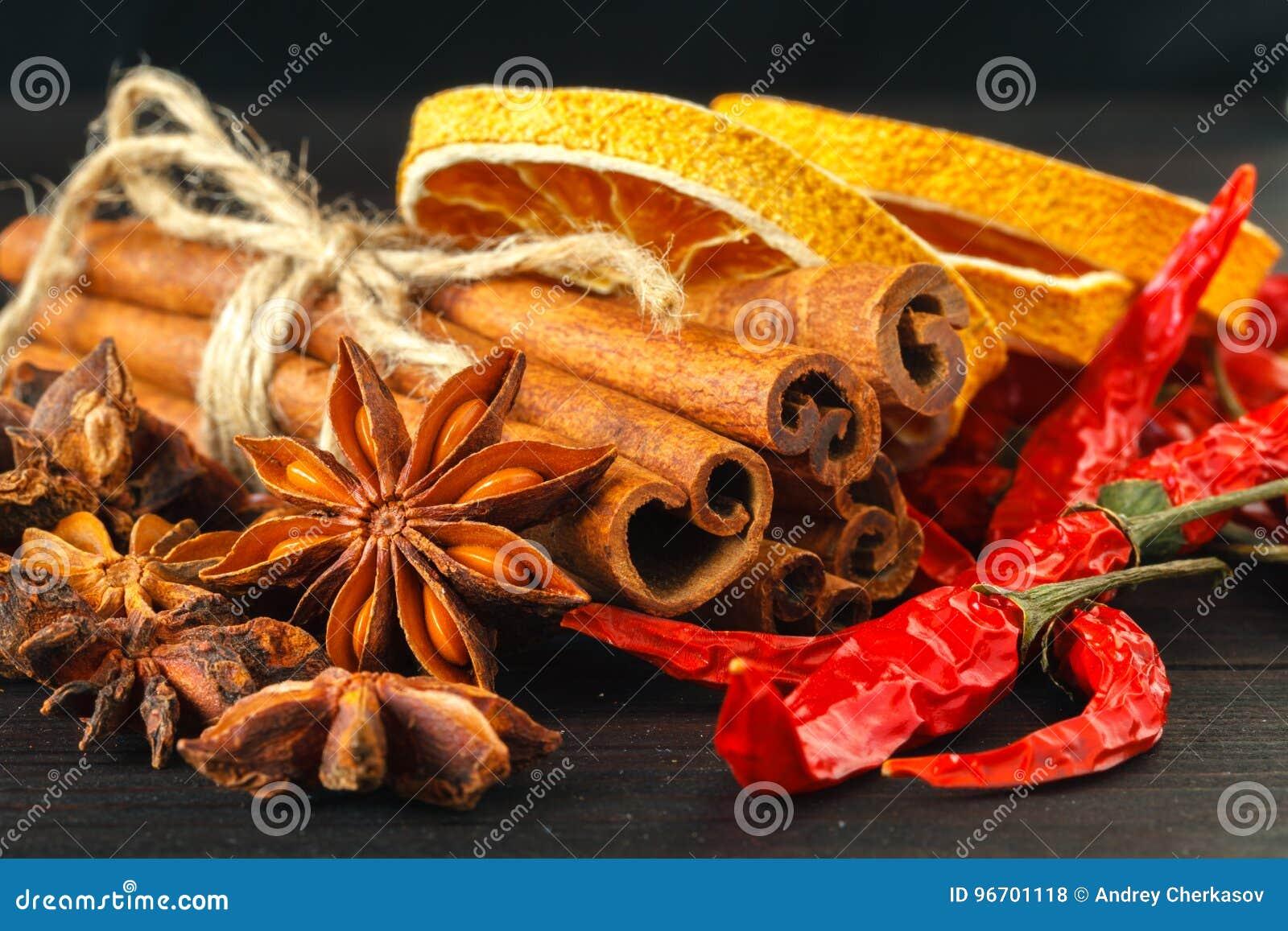 Geschnitten von getrockneter Orange mit Zimtstangen und Anis