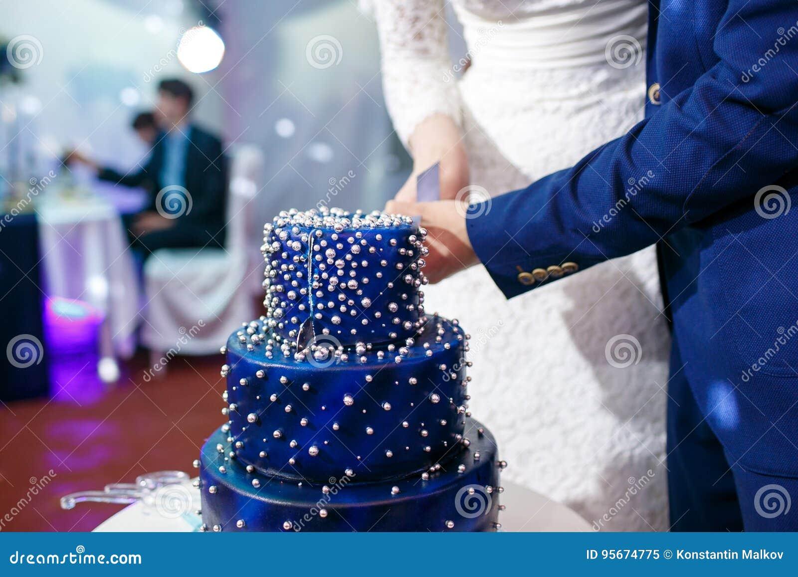 Geschnittene Blaue Hochzeitstorte Der Braut Und Des Brautigams