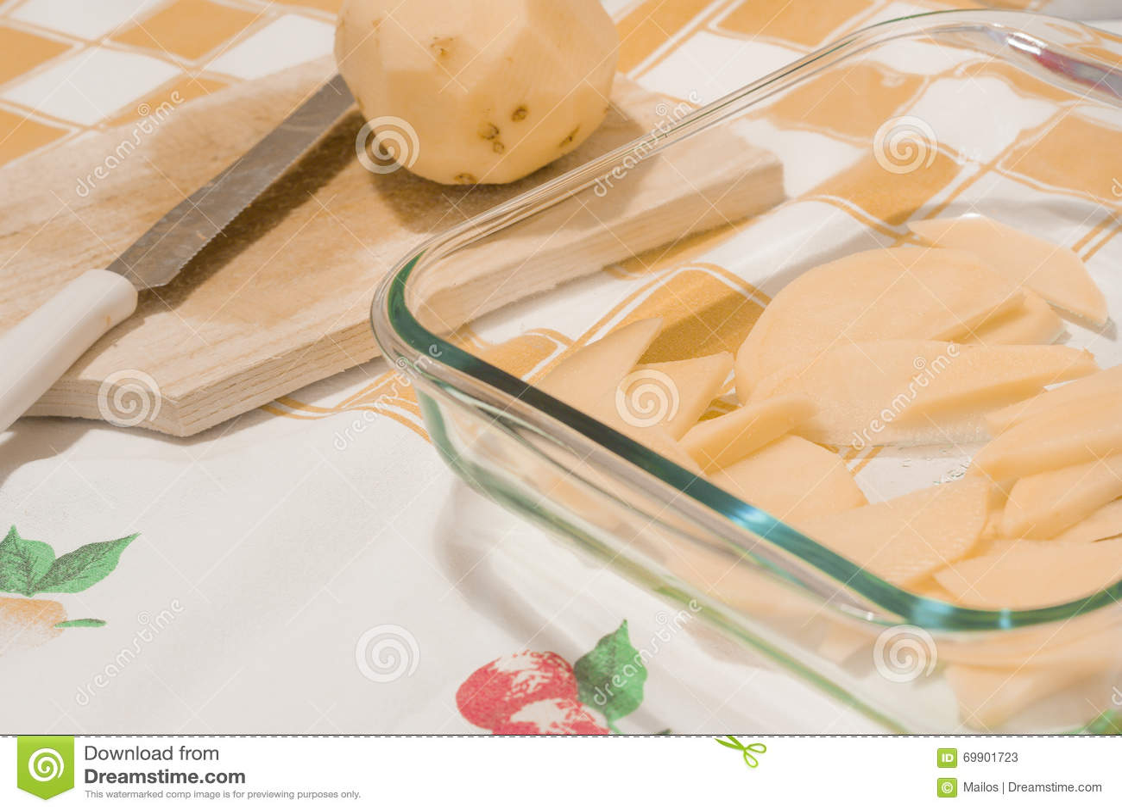 Geschnittene Kartoffeln in einer Glaswanne