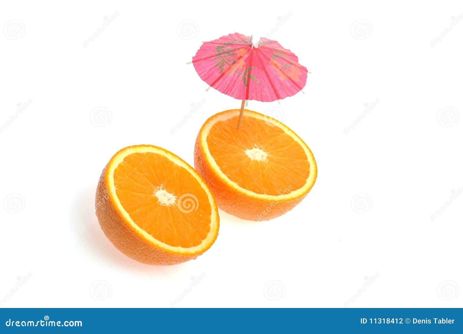Geschnittene Orange mit coctail Regenschirm