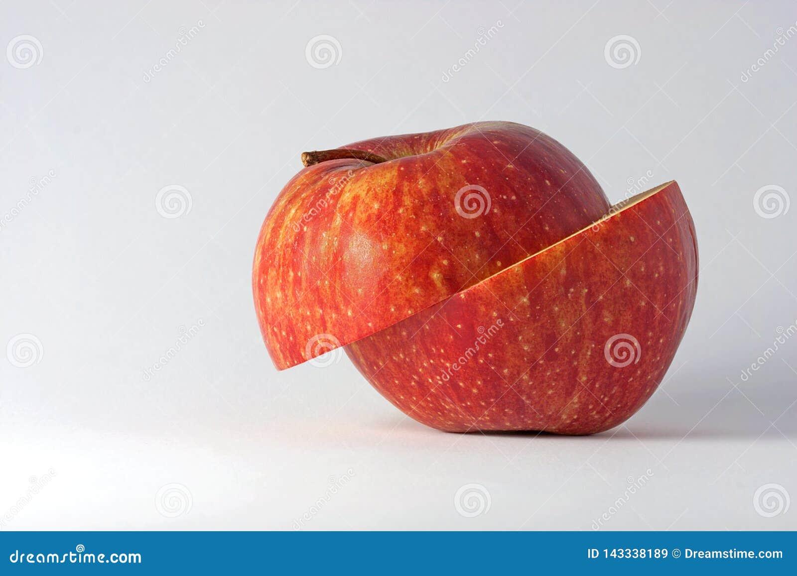 Geschnittener Apfel auf hellem Hintergrund