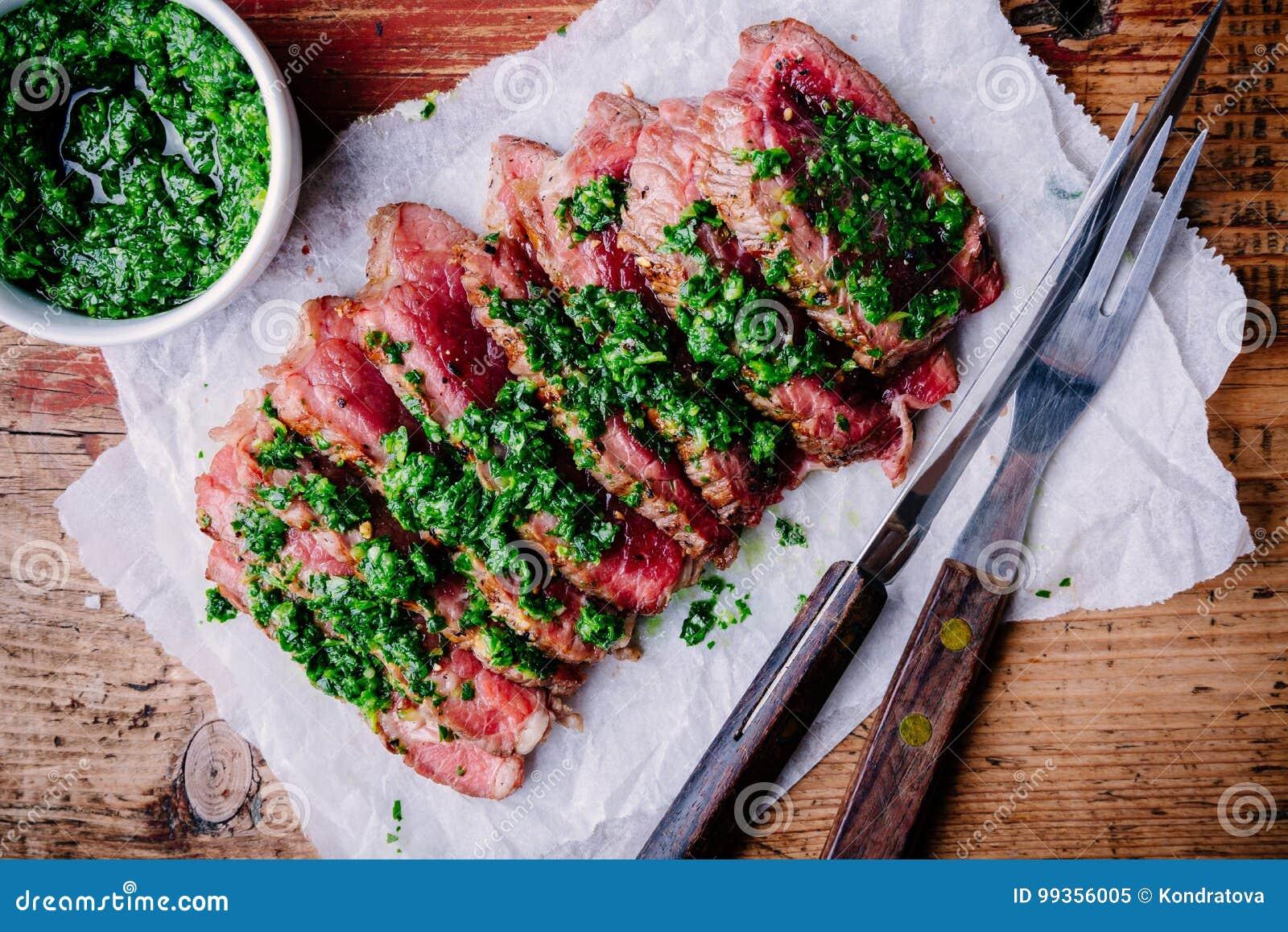 Geschnittenes gegrilltes Grillrindfleischsteak mit grüner chimichurri Soße