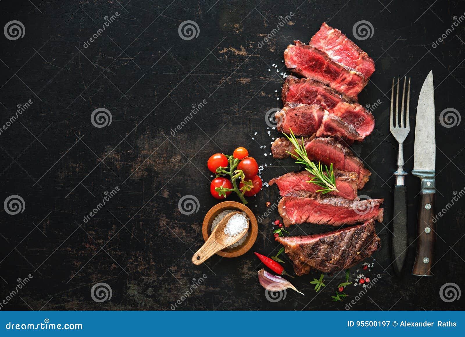 Geschnittenes halb gares gegrilltes Rindfleisch ribeye Steak