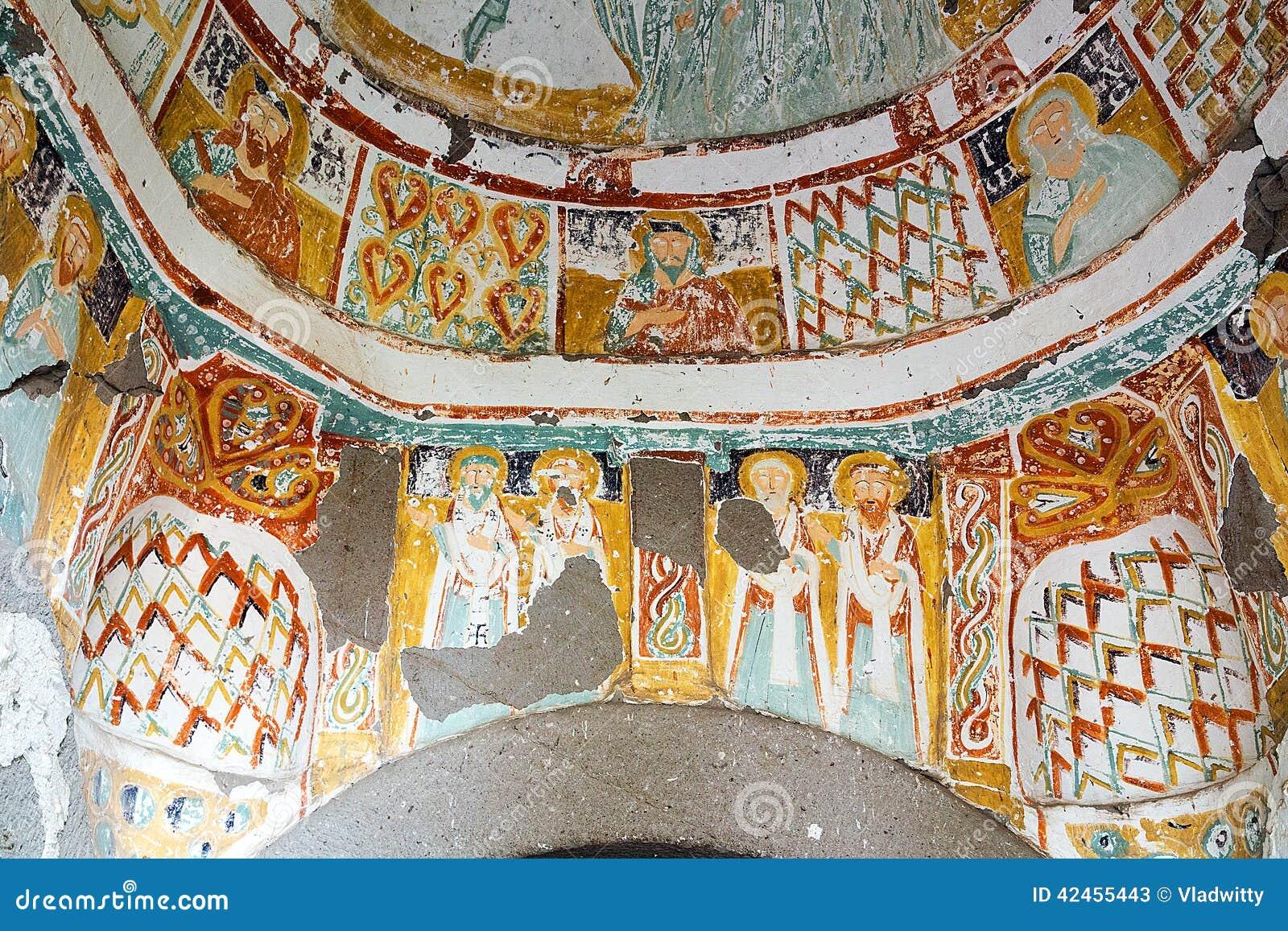 Geschnitzte Kirche des Höhlenklosters Felsen