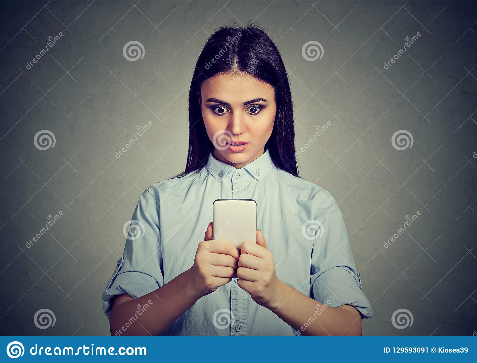 Geschokt vrouw het letten op nieuws op smartphone