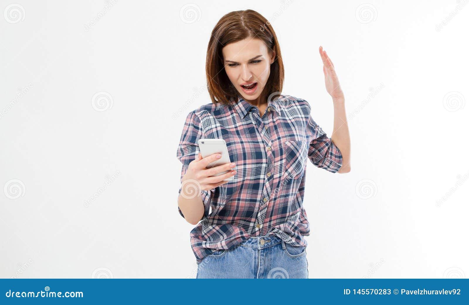 Geschokte gefrustreerde jonge vrouw met telefoon Wijfje met woede op celtelefoon Portret van een boze donkerbruine vrouw die gill