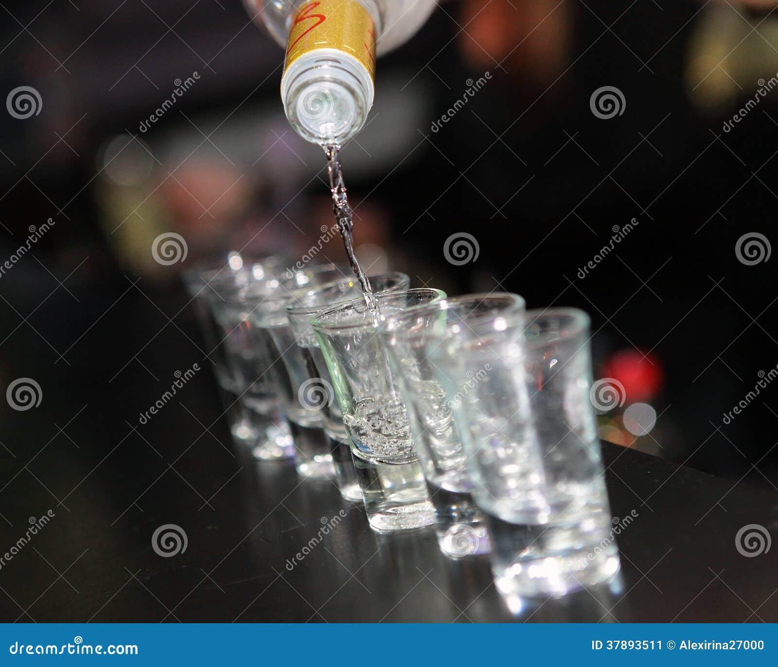 Geschotene glazen wodka op de barteller