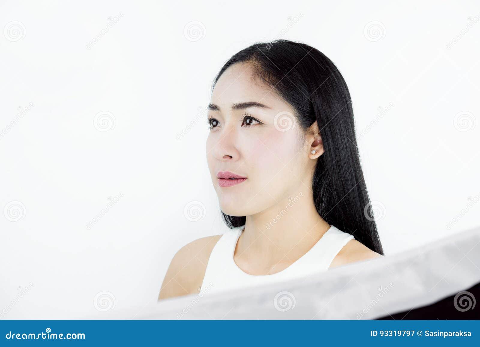 Geschotene studio, Mooie Aziatische Vrouw met Zwart Haar, met Gezonde Huid, op witte achtergrond