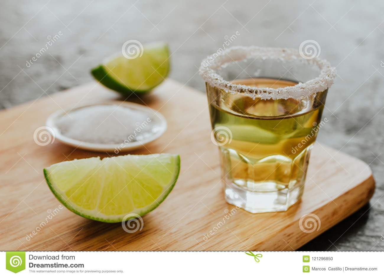 Geschotene Tequila, Mexicaanse Alcoholische sterke dranken en stukken van kalk met zout in Mexico
