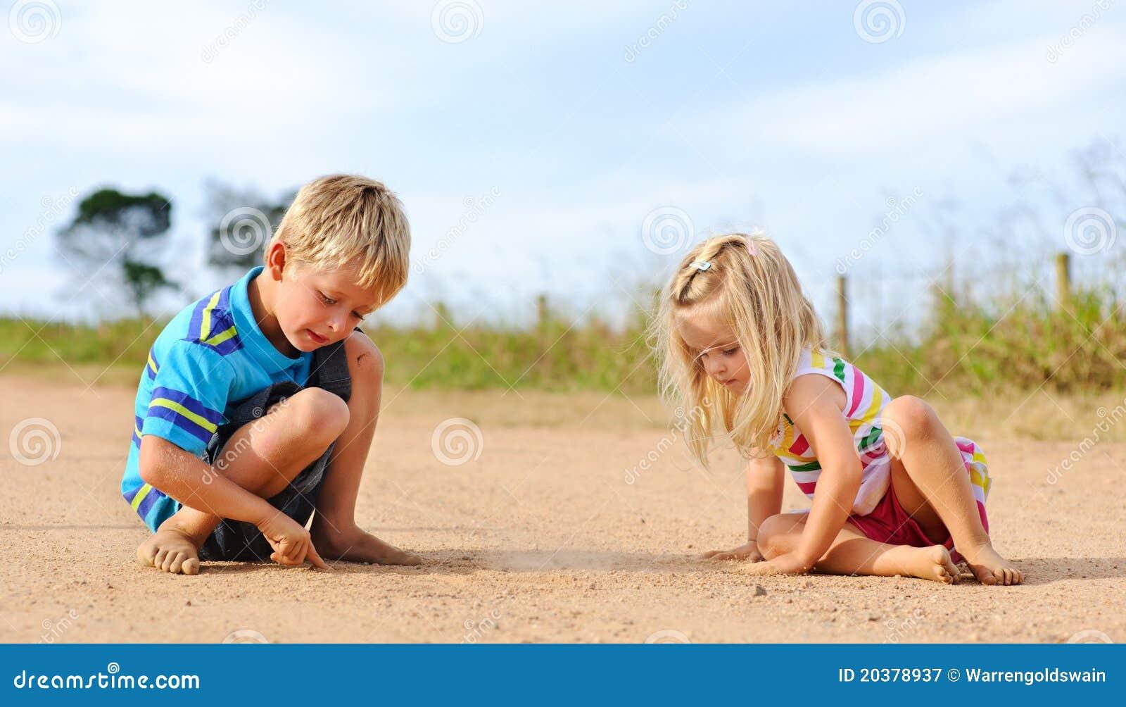 Geschwister, die draußen spielen