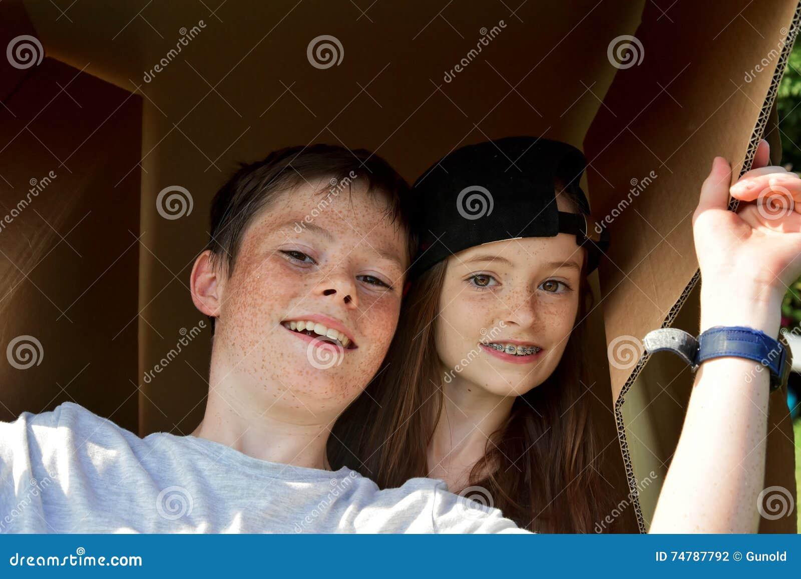 Geschwister mit Pappschachtel