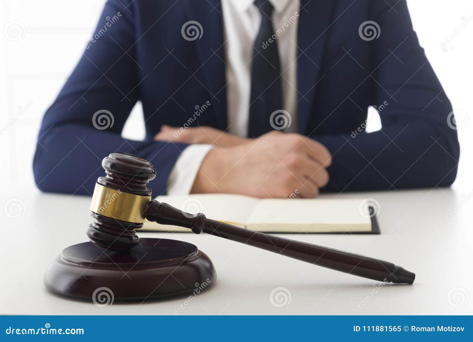 Gesetz, Rat und Rechtsdienstleistungenkonzept Rechtsanwalt und Rechtsanwalt, die Teambesprechung an der Sozietät haben