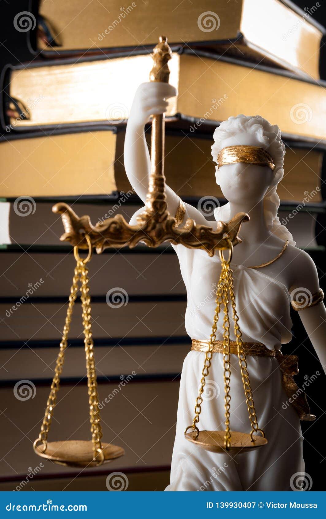 Gesetzbuch, Durchführung des Gesetzes und blindes Iustitia-Konzept mit Statue des Damengerechtigkeit Grabens mit verbundenen Auge
