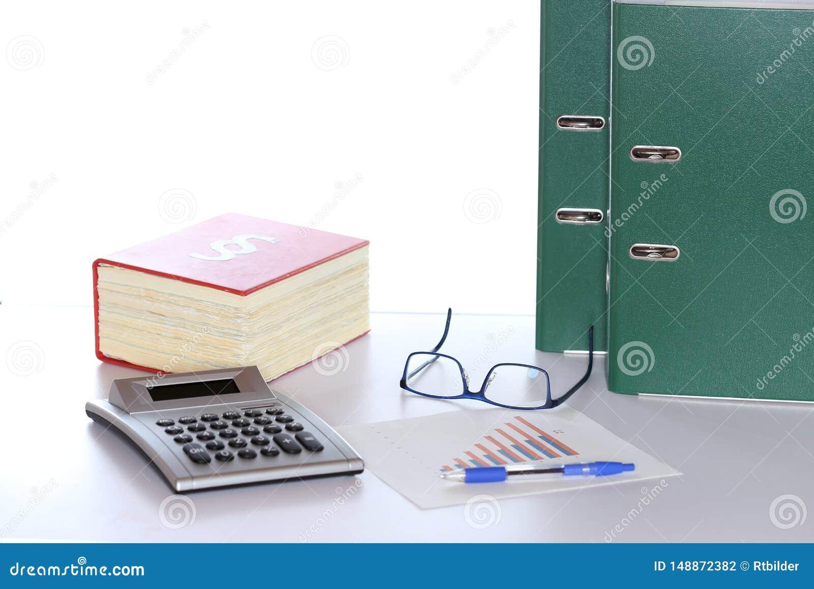 Gesetzbuch und Taschenrechner mit Dokumenten