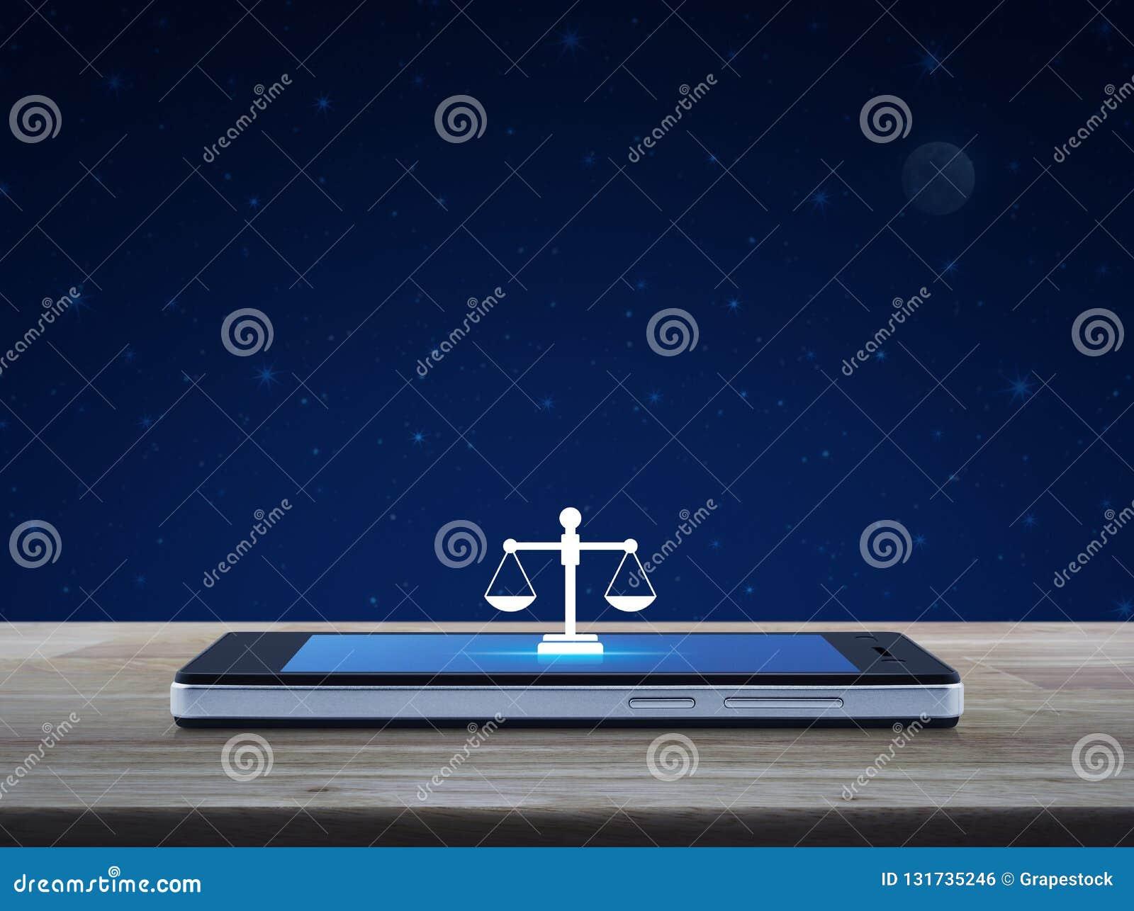 Gesetzesflache Ikone auf modernem intelligentem Handyschirm auf Holztisch über Fantasienächtlichem himmel und Mond, Gerichtsdiens
