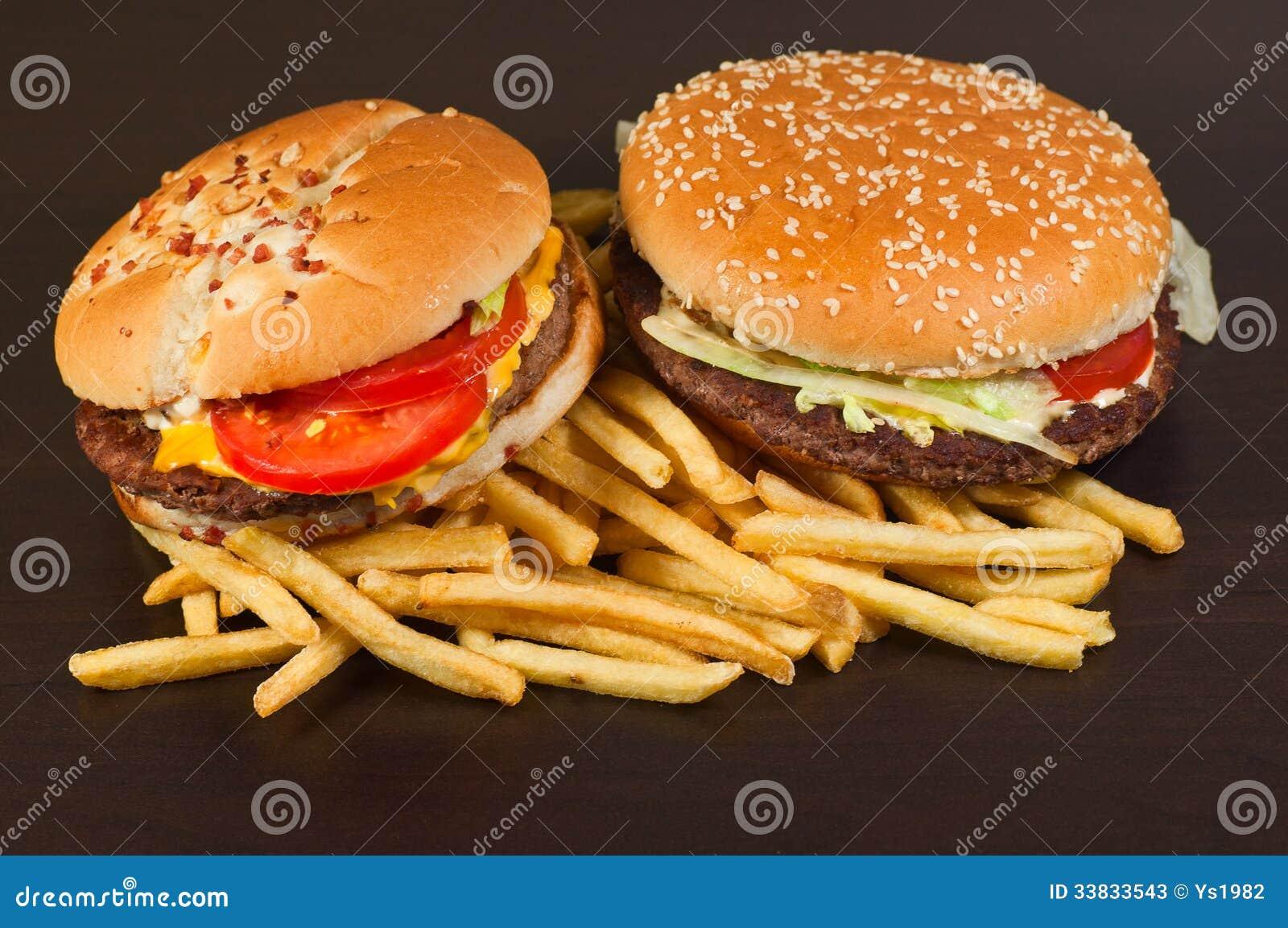 Gesetzter großer Hamburger und Pommes-Frites des Schnellimbisses
