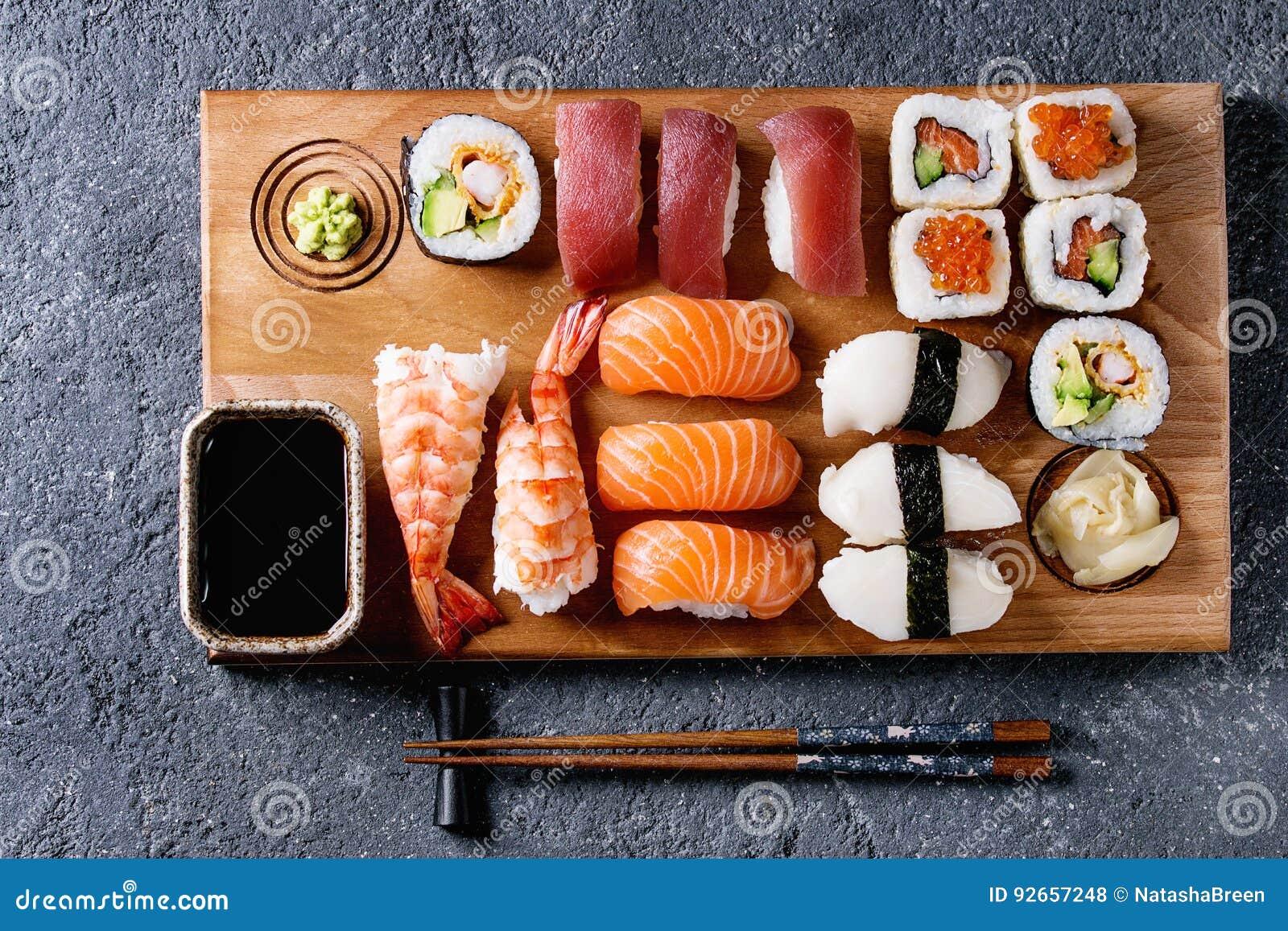 Gesetztes nigiri und Rollen der Sushi