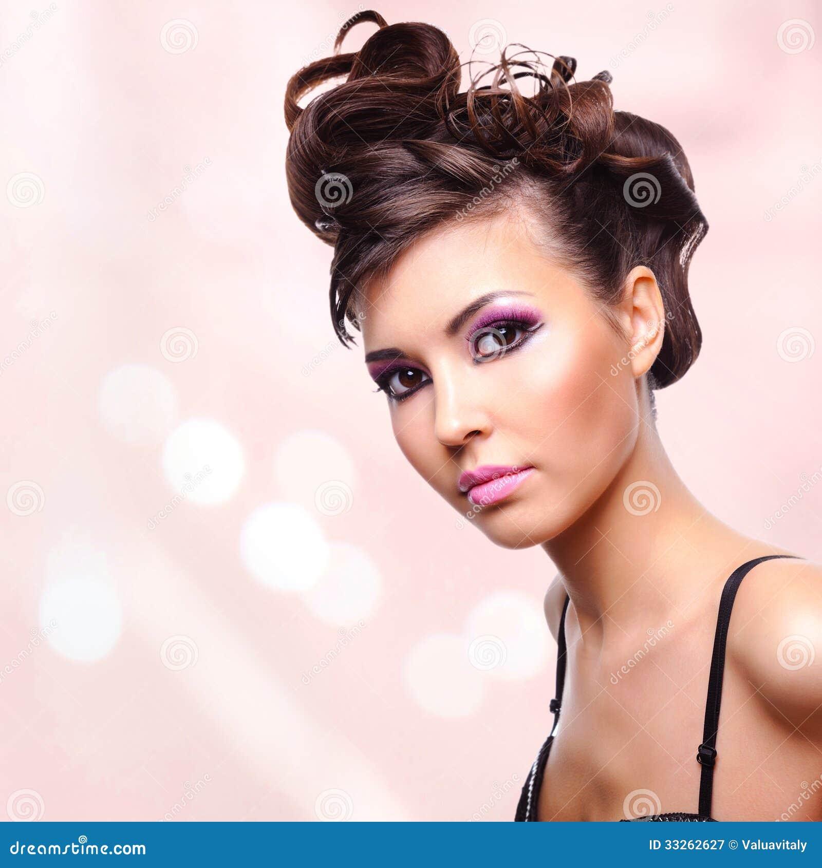 Gesicht der Schönheit mit Modefrisur und Zauber makeu